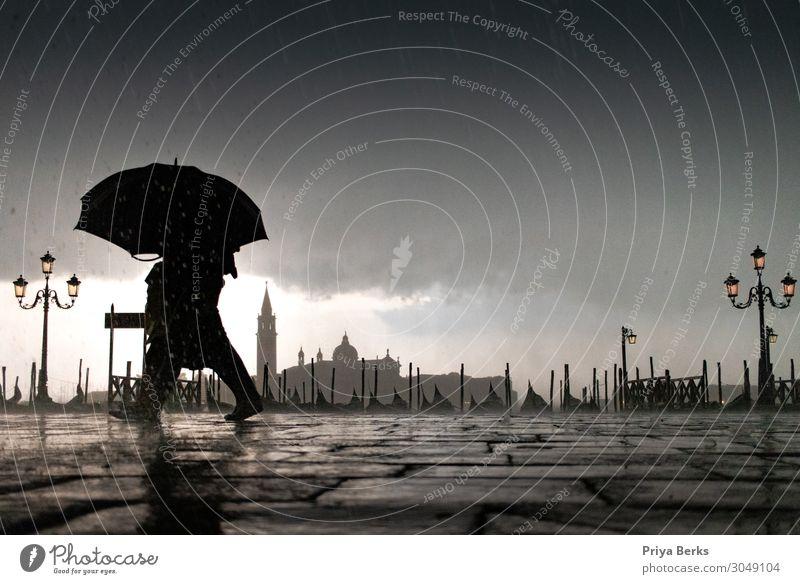 VENEDIG Urelemente Wasser Wassertropfen Wolken Gewitterwolken schlechtes Wetter Unwetter Wind Regen Stadt Platz Sehenswürdigkeit Fußgänger Stein rennen dunkel
