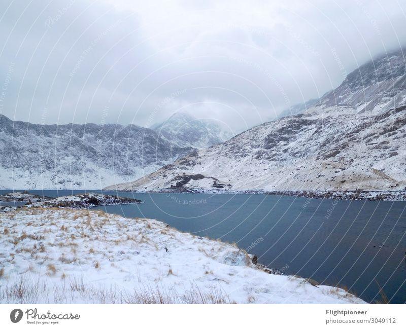 Llyn Llydaw am Fuße des Mount Snowdon (Wales) im Winter Schnee Winterurlaub Berge u. Gebirge wandern Umwelt Natur Landschaft Pflanze Urelemente Erde Wasser