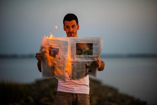 definitiv ein heißes Thema Mensch Jugendliche Mann Junger Mann Wald Lifestyle Erwachsene Leben Umwelt Stil Business Kunst maskulin beobachten Feuer lesen
