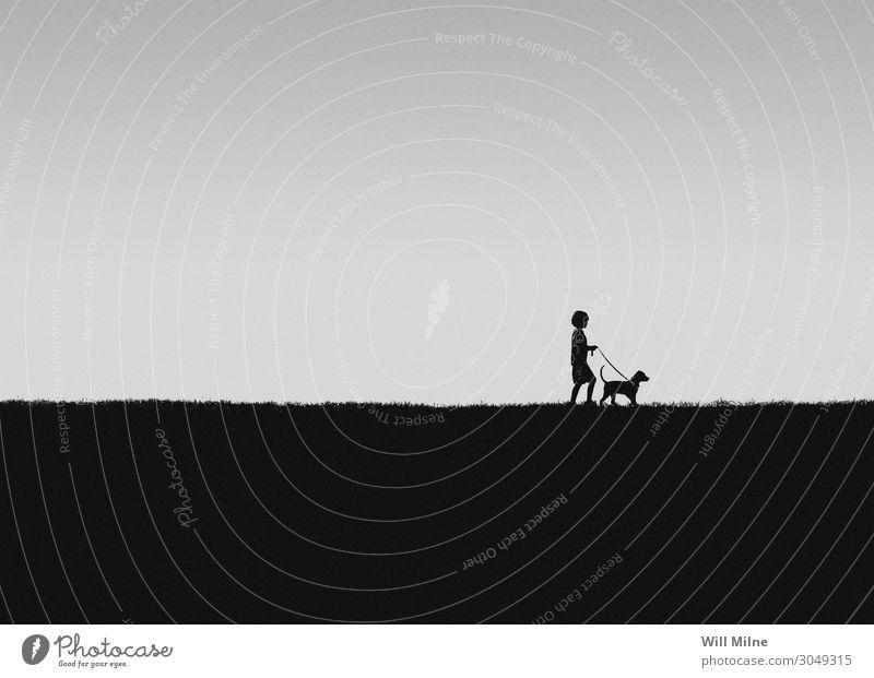 Ein Junge, der mit seinem Hund spazieren geht. Kind Jugendliche Junger Mann Jugendkultur Haustier Tier Hügel laufen Spaziergang Freude sehr wenige