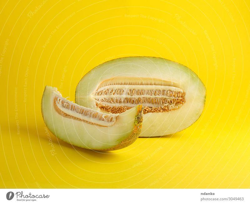 Stück reife Melone mit Samen Gemüse Frucht Dessert Ernährung Vegetarische Ernährung Diät Sommer Natur Pflanze frisch natürlich saftig gelb grün weiß Farbe