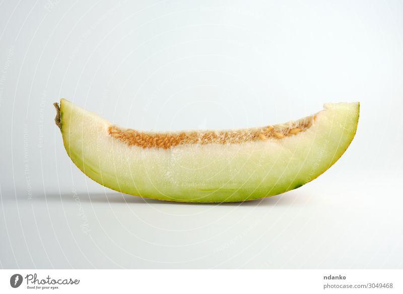 Stück reife Melone mit Samen auf weißem Hintergrund Gemüse Frucht Dessert Ernährung Vegetarische Ernährung Diät Sommer Natur Pflanze Essen frisch natürlich
