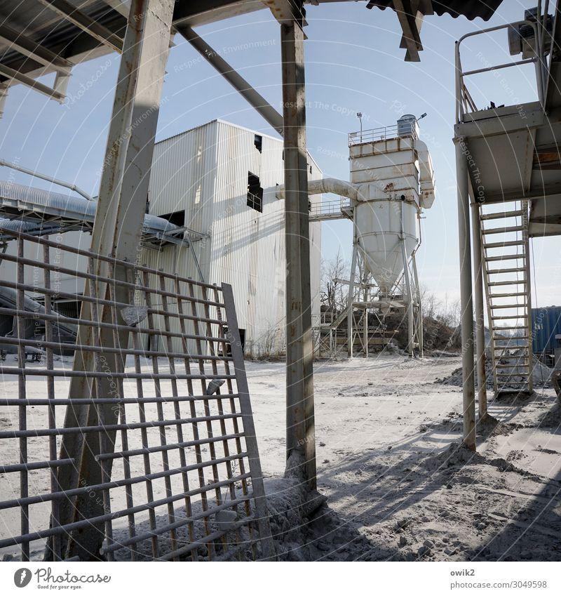 Blechlandschaft Fabrik Industrie Wolkenloser Himmel Schönes Wetter Industrieanlage Metall kompetent komplex Stabilität Silo Abfüllanlage Treppe Treppengeländer