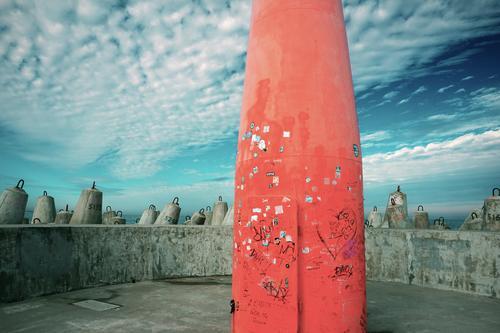 Mole, kühl Himmel blau rot Wolken Wand Mauer grau Metall Beton Hafen Ostsee Leuchtturm maritim Kleinstadt Hafenstadt Polen