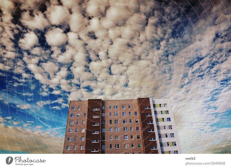 Wolkenkratzer Himmel Schönes Wetter Kolberg Kolobrzeg Polen Osteuropa Kleinstadt Stadtrand bevölkert Haus Hochhaus Mauer Wand Fassade Fenster hoch oben