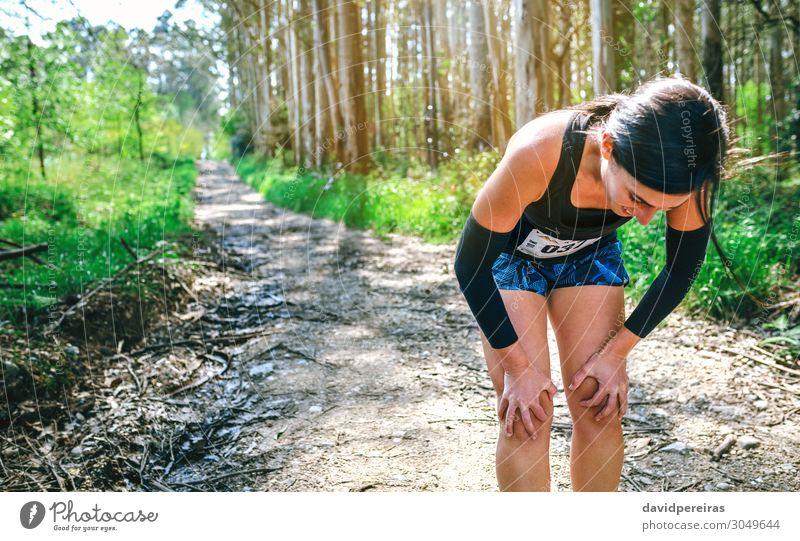 Athletin, die bei einem Trail-Wettbewerb innehält. Lifestyle Sport Mensch Frau Erwachsene Natur Baum Wald Wege & Pfade Fitness Müdigkeit Erschöpfung anstrengen