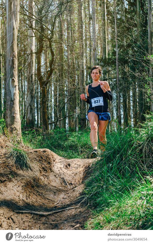 Mann, der am Trail Race teilnimmt Lifestyle Sport Mensch Frau Erwachsene Natur Baum Gras Wald Wege & Pfade Fitness authentisch Geschwindigkeit Energie