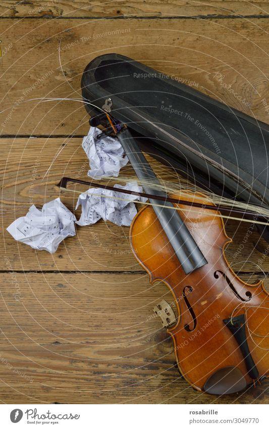 kaputte Geige | Weltschmerz Musik alt Spielen Traurigkeit Wut braun Enttäuschung Verzweiflung Frustration Ende Zerstörung Geigenbogen Geigenkasten Notenblatt