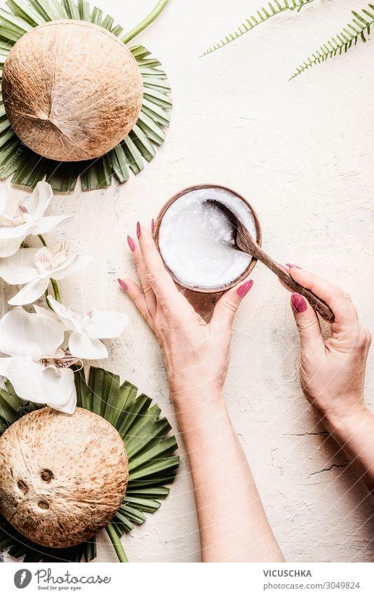 Hände halten Schüssel und Löffel mit Kokosnussöl Frau Gesunde Ernährung schön Hand Lebensmittel Hintergrundbild Erwachsene Stil Design Wellness Beautyfotografie