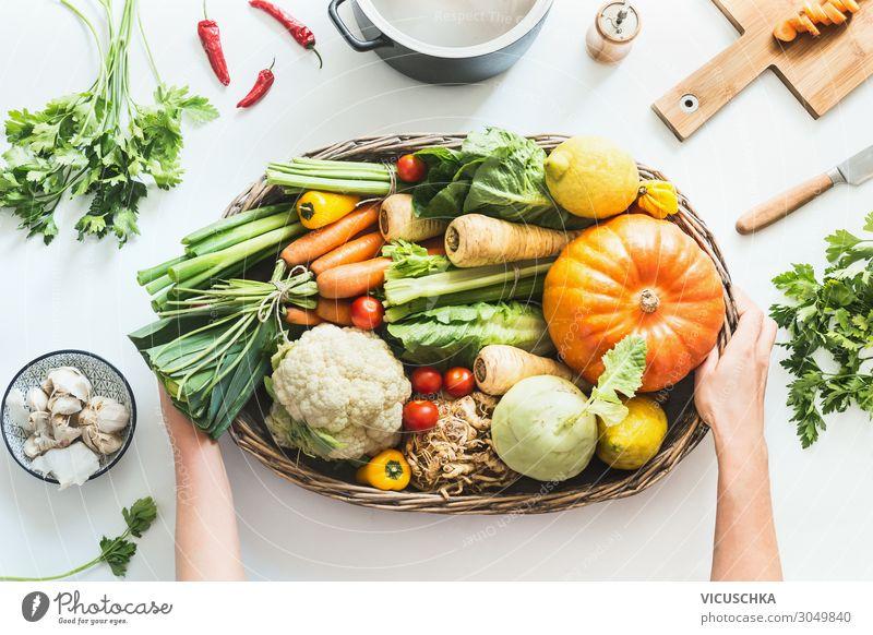 Frauenhände halten Gemüse aus Biokiste Frucht Kräuter & Gewürze Ernährung Geschirr Topf kaufen Design Gesunde Ernährung Mensch Hand kochen & garen Essen