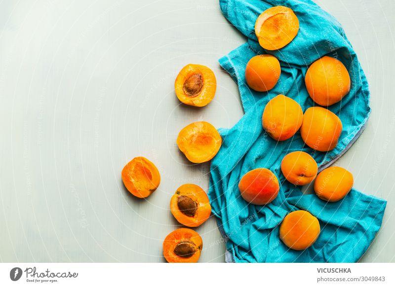 Frische reife Aprikosen auf blauem Küchentuch Lebensmittel Frucht Ernährung Stil Design Gesunde Ernährung trendy gelb Hintergrundbild Küchenhandtücher gestreut