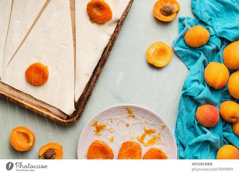 Croissants Backen. Zubereitung mit Teig und Aprikosen Lebensmittel Frucht Ernährung Frühstück Design Sommer Häusliches Leben baking Hintergrundbild ingredient