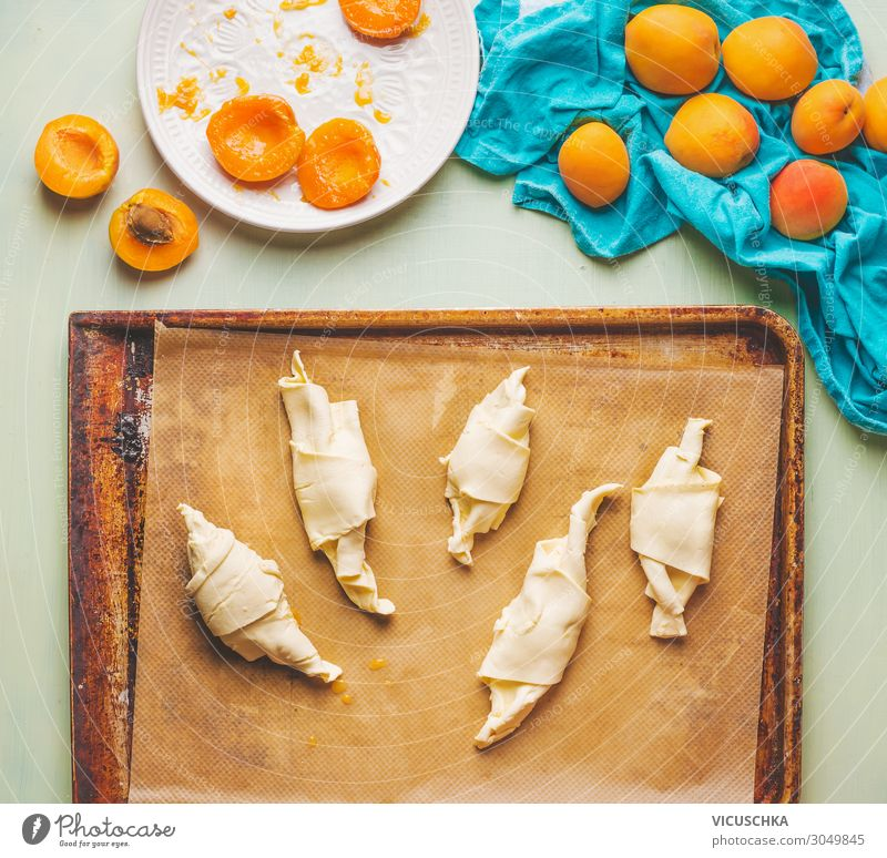Gerollter Teig auf Backblech. Aprikosen Croissants Lebensmittel Frucht Ernährung Frühstück Geschirr Design Häusliches Leben Stil Backwaren Foodfotografie