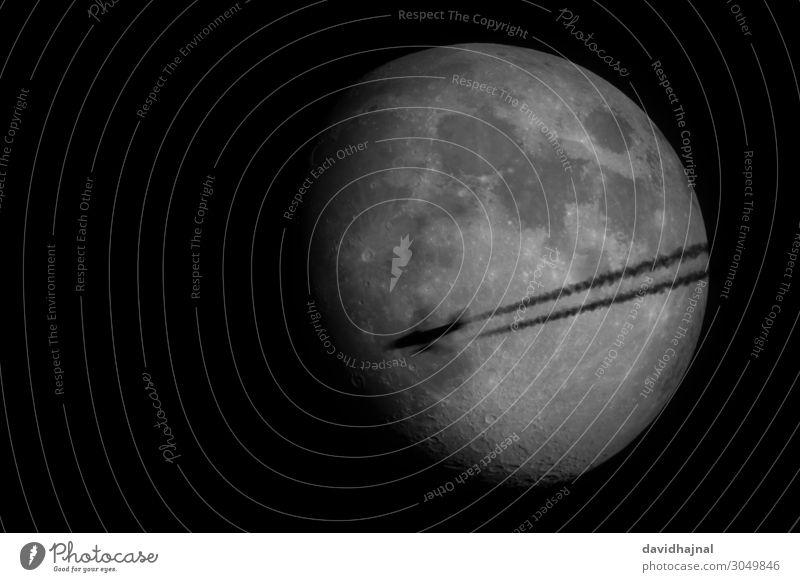 Flugzeug vor Mond Himmel Natur Umwelt Technik & Technologie Luftverkehr Zukunft beobachten Wolkenloser Himmel Fernweh Wissenschaften Fortschritt High-Tech