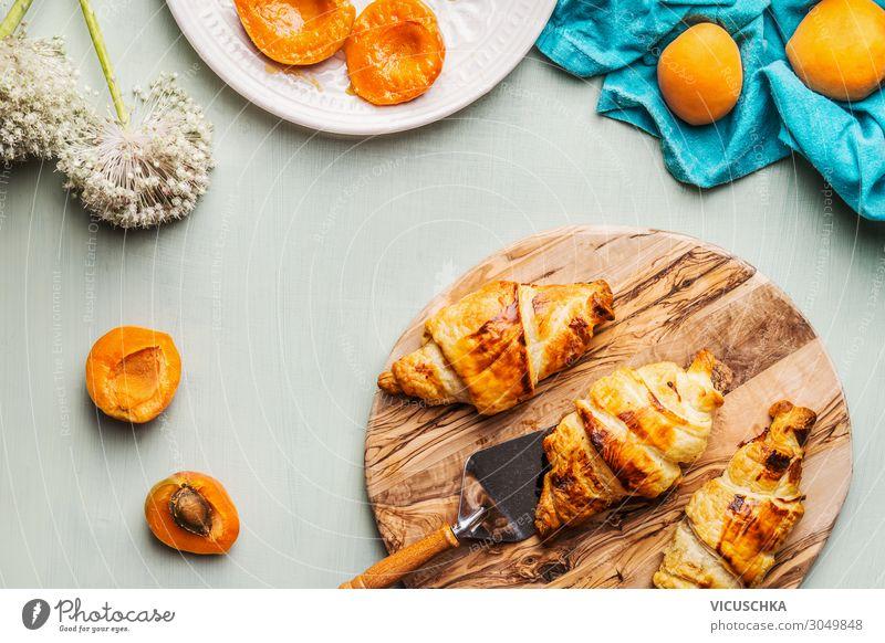 Croissants und Aprikosen zum Frühstück Lebensmittel Frucht Ernährung Geschirr Stil Design Hintergrundbild Essen Foodfotografie Farbfoto Studioaufnahme