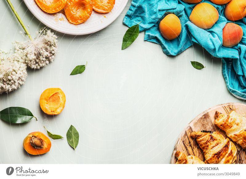 Croissants und Aprikosen zum Frühstück Lebensmittel Frucht Ernährung Bioprodukte Geschirr Design Häusliches Leben Tisch apricots breakfast Hintergrundbild