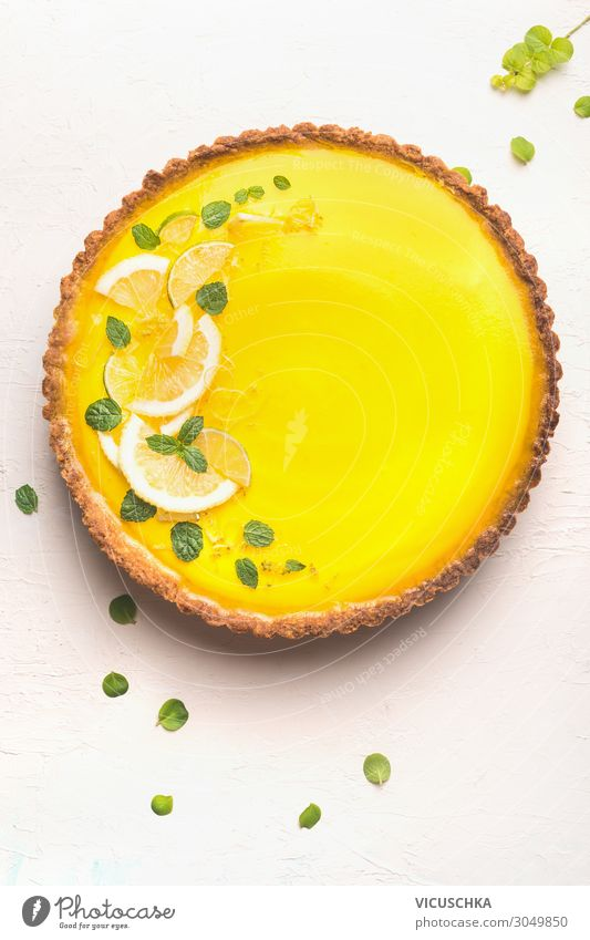 Zitronentarte mit Zitronenscheiben und Zitronenschale Lebensmittel Frucht Kuchen Dessert Ernährung Stil Design Sommer gelb lemon citrus Hintergrundbild top view