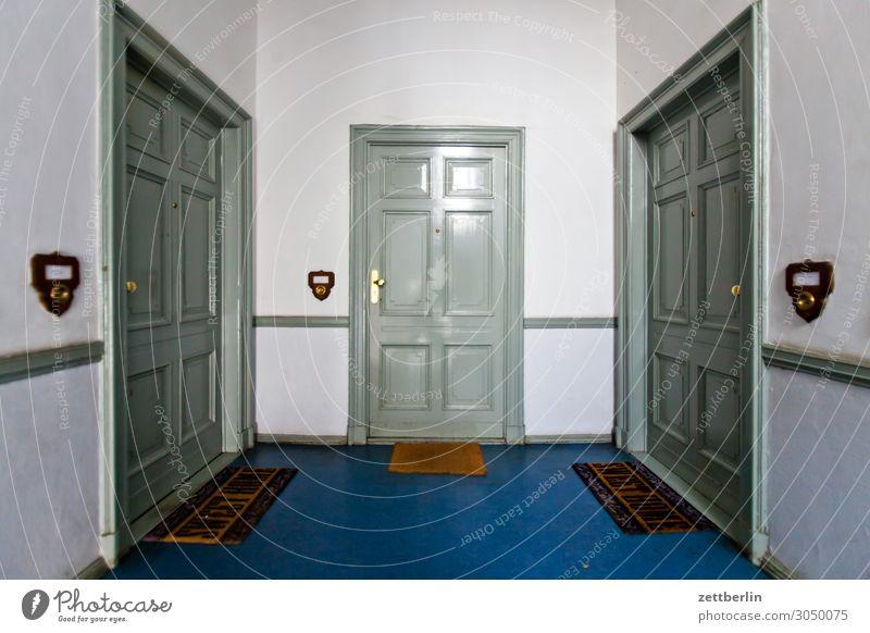 Geh aufs Ganze! Haus Wand Textfreiraum Häusliches Leben Wohnung Treppe Tür Wohnhaus Treppenhaus Nachbar Treppenabsatz Wohngebiet Stadthaus Mehrfamilienhaus