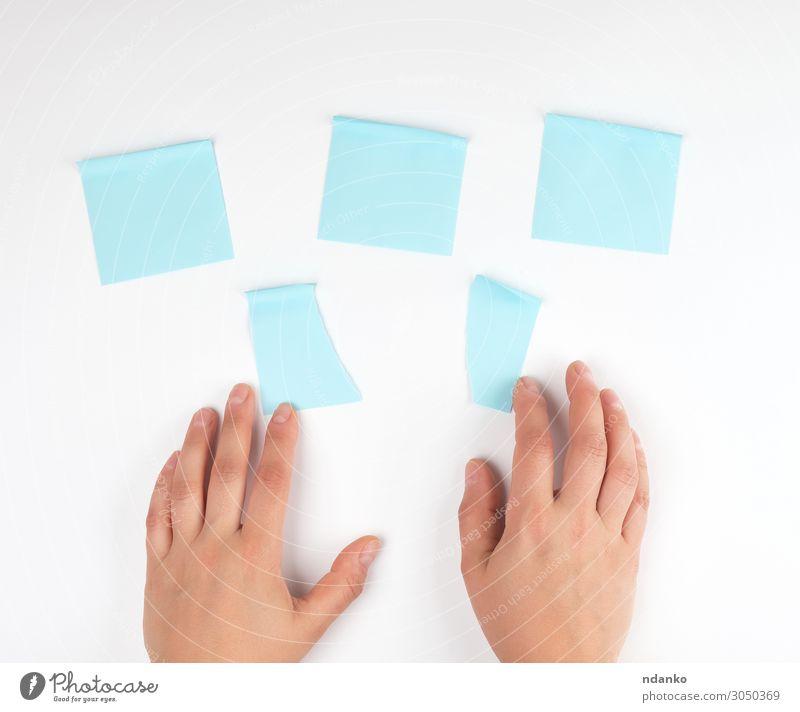 viele blaue Aufkleber auf weißem Hintergrund Büro Business Internet Mensch Frau Erwachsene Hand Finger Papier berühren Bewegung Farbe Idee Teamwork Strategie