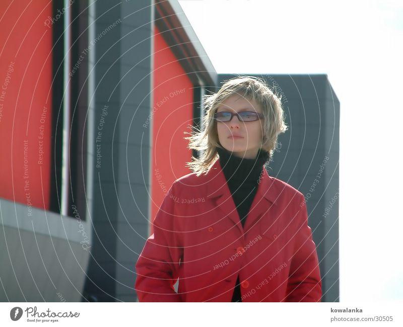 wind Frau rot Haus Wand Wind Mantel