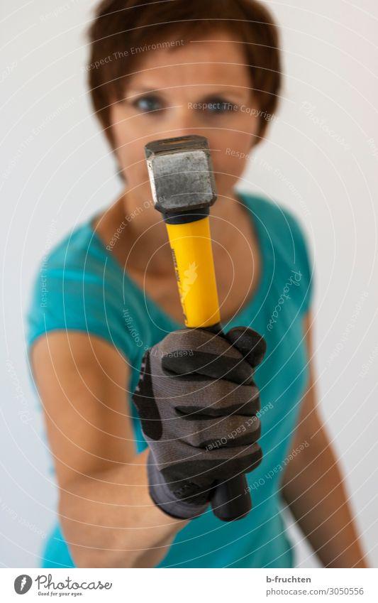 Schlagkräftig Arbeit & Erwerbstätigkeit Handwerker Baustelle Frau Erwachsene 1 Mensch 30-45 Jahre Handschuhe wählen gebrauchen festhalten selbstbewußt Erfolg