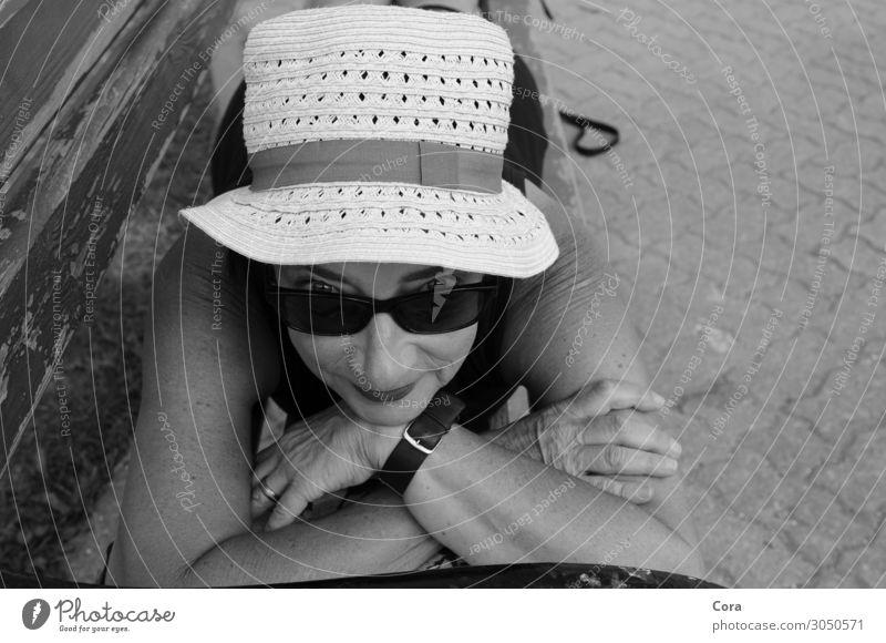 Urlaubsglück ruhig Sommerurlaub Sonne Sonnenbad Bank Mensch Frau Erwachsene Gesicht 45-60 Jahre Hut Sonnenhut Erholung genießen Lächeln liegen Glück