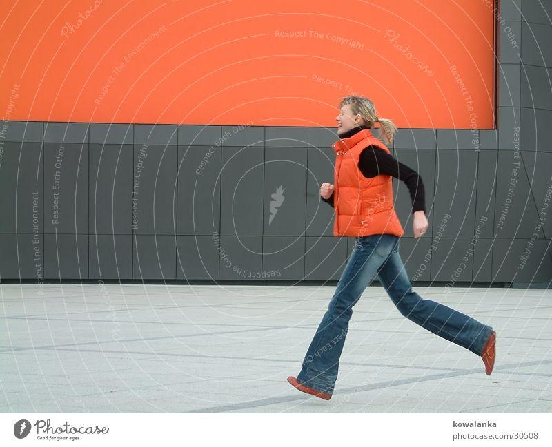 jump Frau springen Zeit orange laufen Geschwindigkeit rennen Dynamik Eile Mensch