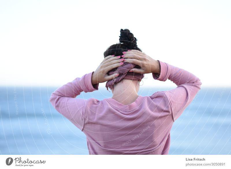 FRAU - ROSA - HÄNDE AM KOPF Frau Mensch Ferien & Urlaub & Reisen Jugendliche schön Meer Einsamkeit ruhig Ferne 18-30 Jahre Erwachsene natürlich Tourismus rosa