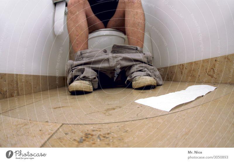 aufm Thron Körperpflege Häusliches Leben Wohnung Bad maskulin Beine 1 Mensch Hose Schuhe sitzen Toilette Toilettenpapier Fliesen u. Kacheln Chucks Unterschenkel