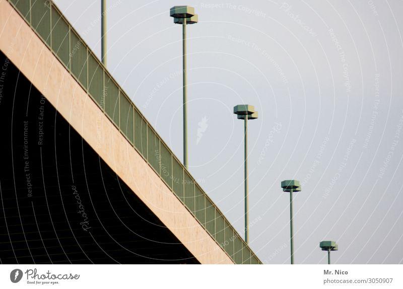 On the road again   schrägegerade Himmel Stadt grün schwarz Straße Architektur Wege & Pfade Lampe Linie Verkehr Brücke Neigung Bauwerk Straßenbeleuchtung