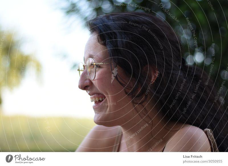 LACHENDE FRAU - BRILLE - SOMMER Lifestyle schön Tourismus Sommer Frau Erwachsene 1 Mensch 18-30 Jahre Jugendliche Brille schwarzhaarig langhaarig genießen