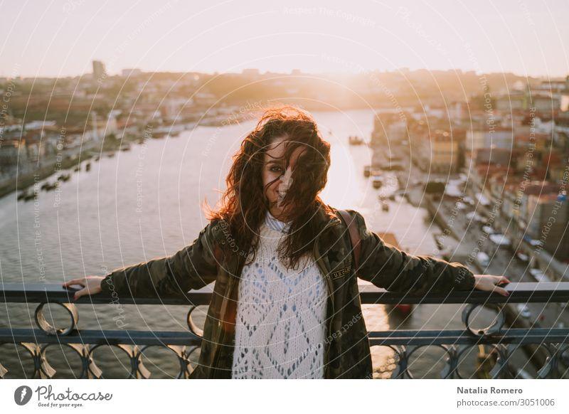 Frau Mensch Ferien & Urlaub & Reisen Sommer schön weiß Sonne Lifestyle Erwachsene Glück Gebäude Tourismus Mode modern Aussicht Lächeln