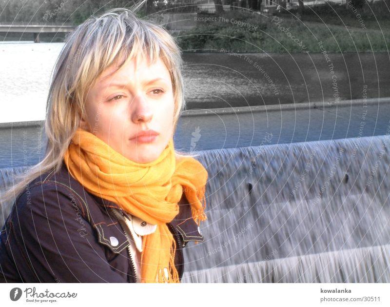 Damm Frau Wasser orange Wasserfall Halstuch