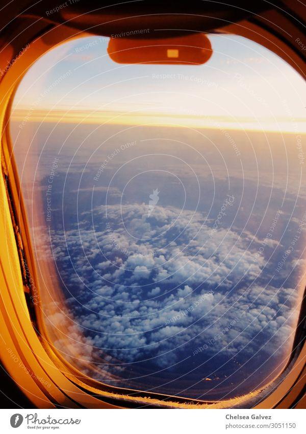 Horizont von oben Himmel Wolken Sonnenaufgang Sonnenuntergang Flugzeugausblick schön blau orange Abenteuer entdecken Erfahrung Ferien & Urlaub & Reisen Freiheit