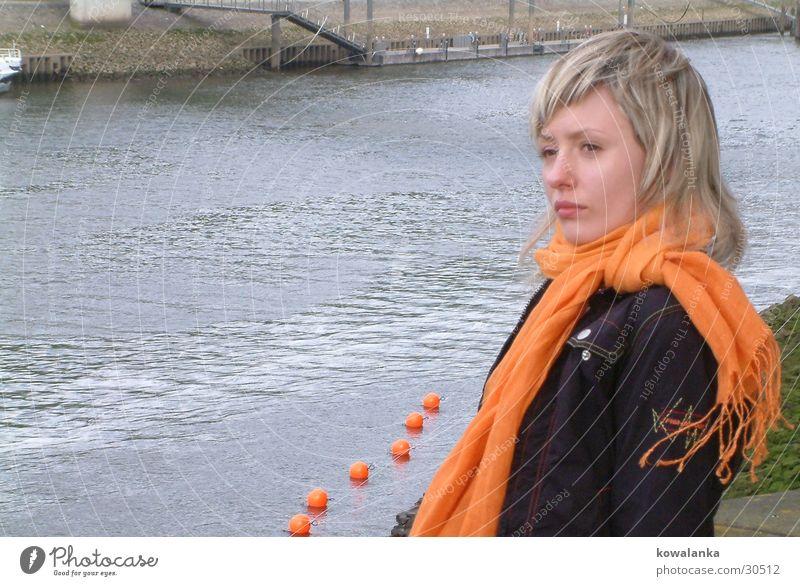 mit dem Halstuch2 Frau Wasser orange