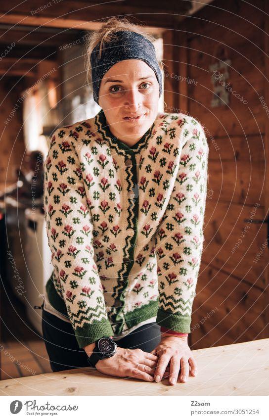 Almhilfe feminin Junge Frau Jugendliche 18-30 Jahre Erwachsene Hütte Berghütte Trachtenjacke Weste Kopftuch blond Lächeln lachen Freundlichkeit Fröhlichkeit
