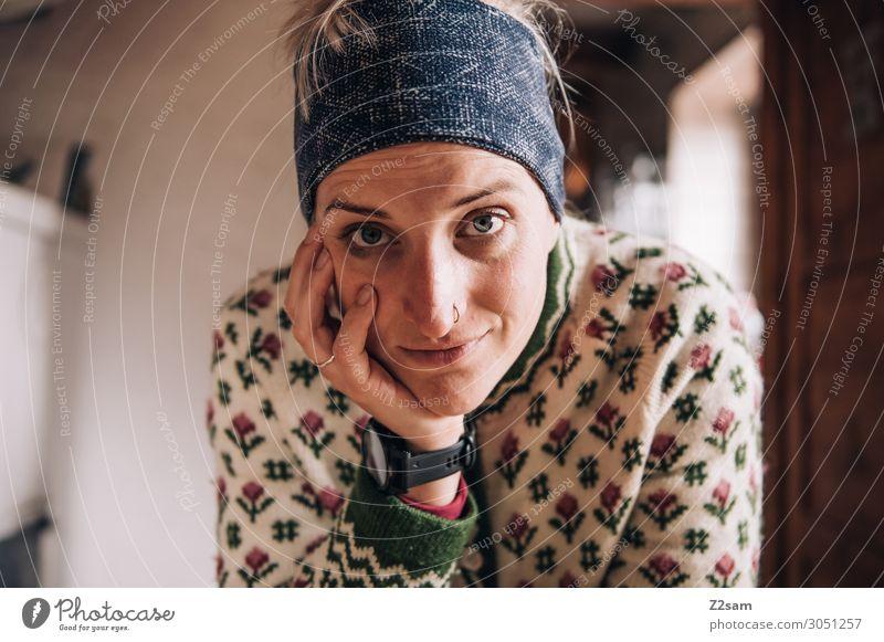 Almhilfe Ferien & Urlaub & Reisen Junge Frau Jugendliche 30-45 Jahre Erwachsene Berghütte Kopftuch Tracht trachtenjacke blond Lächeln lachen Blick authentisch