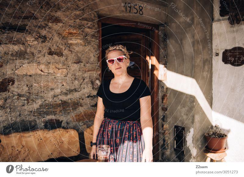 Almhilfe Ferien & Urlaub & Reisen Berge u. Gebirge Junge Frau Jugendliche 18-30 Jahre Erwachsene Hütte T-Shirt Schürze Sonnenbrille blond