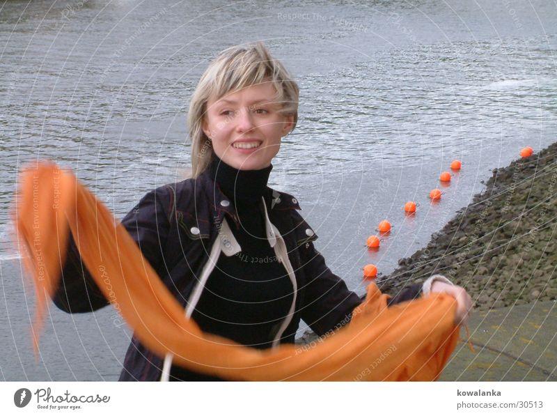 mit dem Halstuch Frau Wasser orange