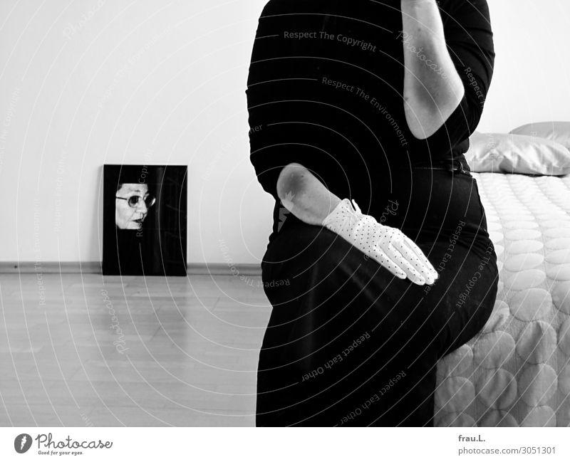 Hämatome Frau Mensch alt weiß Einsamkeit schwarz Gesicht Erwachsene Senior feminin 45-60 Jahre sitzen 60 und älter Arme warten Fotografie