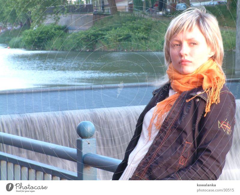 am wasserfall Frau Wasser orange Wasserfall Halstuch