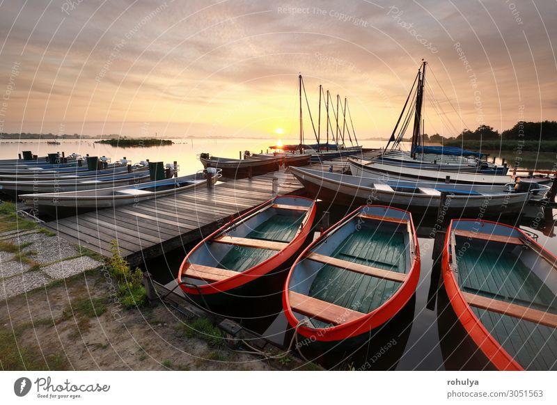 schöner Sonnenaufgang über dem See mit Pier und Yachten ruhig Ferien & Urlaub & Reisen Segeln Natur Landschaft Wasser Himmel Wolken Schönes Wetter Jacht