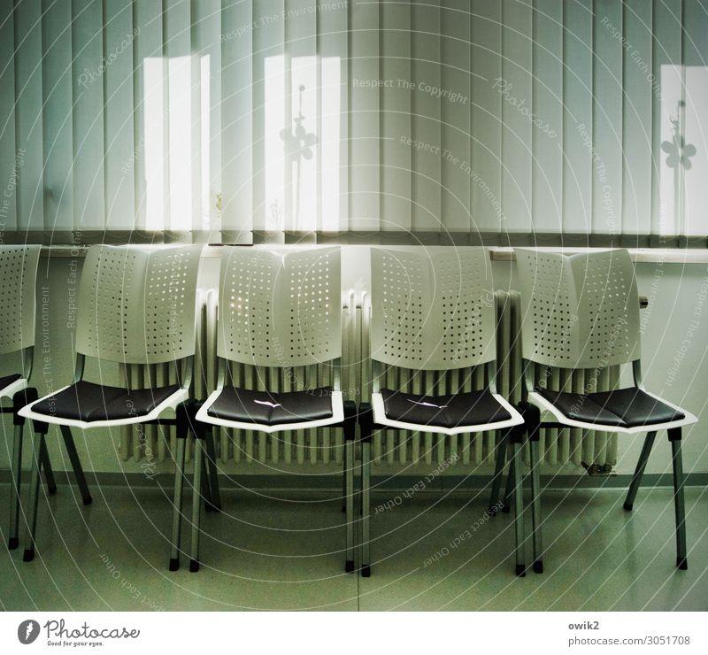 Der Nächste bitte Innenarchitektur Warteraum Praxis Stuhl Stuhlreihe Sitzreihe Fenster Jalousie Dekoration & Verzierung Heizkörper Bodenbelag Metall Kunststoff