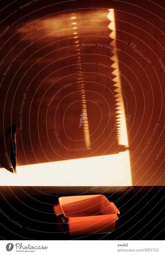 Neue Sachlichkeit Behälter u. Gefäße Jalousie Fenster Kunststoff einfach rot schwarz weiß leuchtende Farben Farbfoto Innenaufnahme Detailaufnahme abstrakt