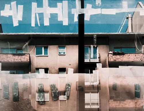 Bilderrätsel Wolkenloser Himmel Berlin Hauptstadt Stadtzentrum Haus Mauer Wand Fassade Balkon Fenster Dach Gardine Schaufenster Klebeband Rest Glas