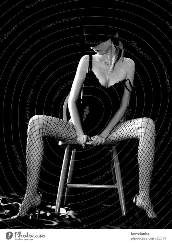 Oldschool Frau schwarz Beine Stuhl Hut Varieté