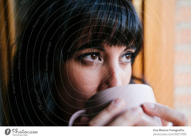 junge Frau zu Hause am Fenster bei einem Kaffee trinken Tee Lifestyle schön Leben Erholung Freizeit & Hobby lesen Ferien & Urlaub & Reisen Wohnung Möbel