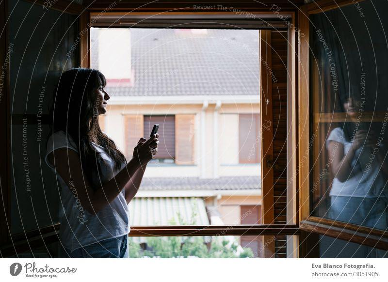 Frau Mensch Ferien & Urlaub & Reisen Jugendliche Junge Frau Sommer Stadt weiß Haus Erholung Fenster 18-30 Jahre Lifestyle Erwachsene Frühling natürlich