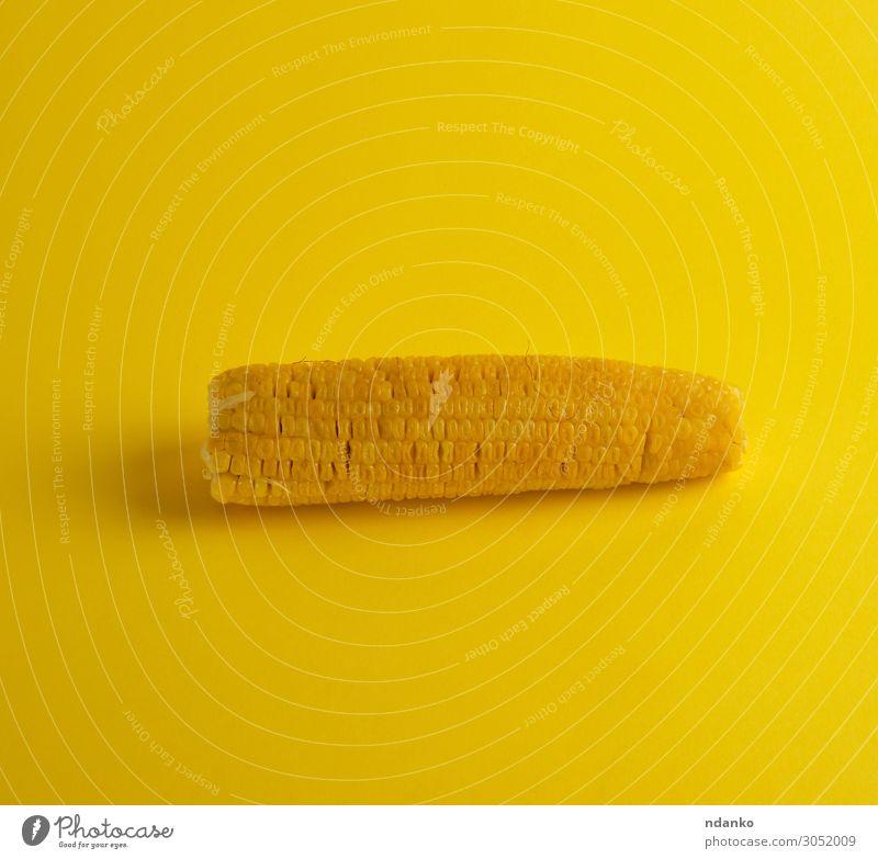gekochter Maiskolben liegt auf gelbem Grund. Gemüse Ernährung Vegetarische Ernährung Diät Sommer Natur Pflanze Blatt frisch natürlich gold Ackerbau Hintergrund