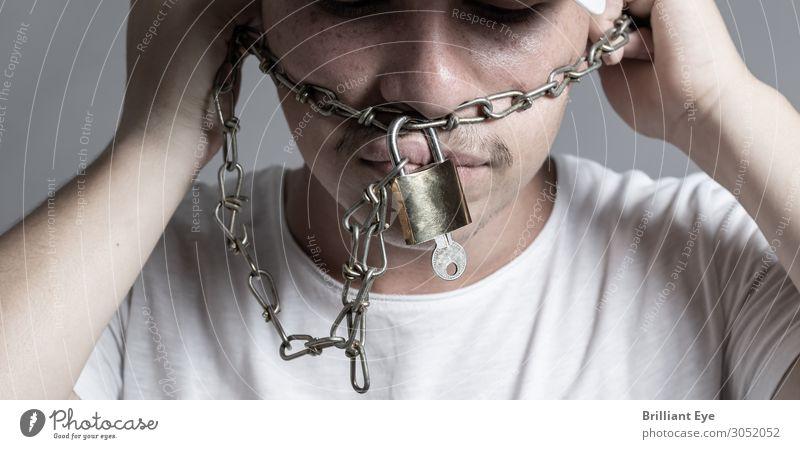 Ketten ablegen Mensch Jugendliche ruhig dunkel 18-30 Jahre Erwachsene Freiheit maskulin Metall bedrohlich Zeichen Diät Mut Schmerz Stress Schloss
